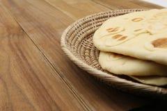 Süßes Brot auf Handwerkskorb stockfotos