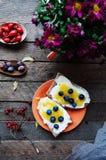 Süßes Brot mit Blaubeere, Honig und Butter, Butter und Blaubeere stauen Geschmackvolles Brot mit Stau Süßes Sandwich, Lebensmitte Stockfotografie