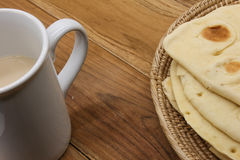 Süßes Brot mit heißem Kaffee auf hölzerner Platte Lizenzfreies Stockfoto