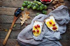 Süßes Brot mit roter Beere, Honig und Butter, Butter und Blaubeere stauen Geschmackvolles Brot mit Stau Süßes Sandwich, Lebensmit Lizenzfreies Stockbild