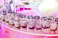 süßes Buffet auf einer rosa Tabelle in einer Partei Stockfotografie