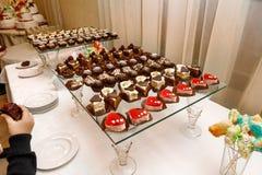 Süßes Buffet - Schokoladenkuchen, Auflauf und Schweizer Rollen, versorgend Stockfotografie