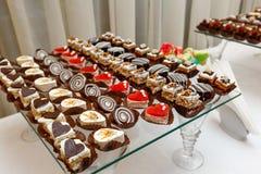 Süßes Buffet - Schokoladenkuchen, Auflauf und Schweizer Rollen, versorgend Lizenzfreie Stockbilder