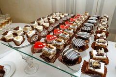 Süßes Buffet - Schokoladenkuchen, Auflauf und Schweizer Rollen, versorgend Stockfoto