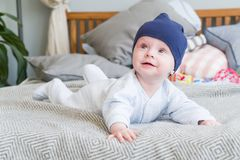 Süßes entzückendes Kind des Nahaufnahmeporträts Schoss zuhause, Konzeptbild Stockbild