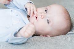 Süßes entzückendes Kind des Nahaufnahmeporträts Schoss zuhause, Konzeptbild Lizenzfreie Stockfotografie