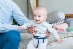 Süßes entzückendes Kind des Nahaufnahmeporträts Schoss zuhause, Konzeptbild Lizenzfreie Stockfotos