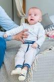 Süßes entzückendes Kind des Nahaufnahmeporträts Schoss zuhause, Konzeptbild Lizenzfreies Stockbild