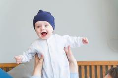 Süßes entzückendes Kind des Nahaufnahmeporträts Schoss zuhause, Konzeptbild Stockfotos