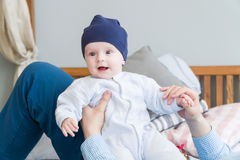 Süßes entzückendes Kind des Nahaufnahmeporträts Schoss zuhause, Konzeptbild Stockbilder