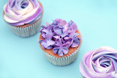 Süßes Feiertagsbuffet mit klaren kleinen Kuchen Lizenzfreie Stockfotos