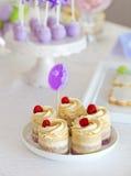 Süßes Feiertagsbuffet mit kleinen Kuchen und Kuchenknallen Stockfotos