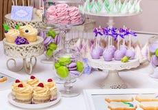 Süßes Feiertagsbuffet mit kleinen Kuchen und Meringen Lizenzfreie Stockfotos