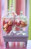 Süßes Feiertagsbuffet mit kleinen Kuchen und Tiramisugläsern Stockfotografie