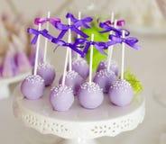 Süßes Feiertagsbuffet mit Kuchenknallen auf Stöcken Stockbild