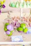 Süßes Feiertagsbuffet mit macarons und Meringen Lizenzfreie Stockfotografie