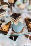 Süßes festliches Buffet, Frucht, Kappen, Makkaroni und viele Bonbons stockfotografie