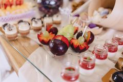 Süßes festliches Buffet, Frucht, Kappen, Makkaroni und viele Bonbons stockfotos