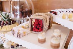 Süßes festliches Buffet, Frucht, Kappen, Makkaroni und viele Bonbons lizenzfreies stockfoto