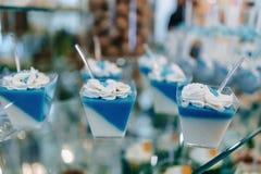 Süßes festliches Buffet, Frucht, Kappen, Makkaroni und viele Bonbons lizenzfreie stockfotografie