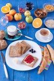 Süßes Frühstück auf einem blauen Holztisch Lizenzfreie Stockfotos