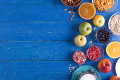 Süßes Frühstück auf einem blauen Holztisch stockbild