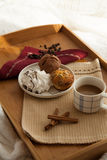Süßes Frühstück im Bett mit Kaffee Stockfotografie