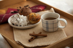 Süßes Frühstück im Bett mit Kaffee stockfotos