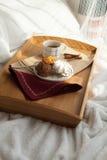Süßes Frühstück im Bett mit Kaffee Lizenzfreie Stockfotografie