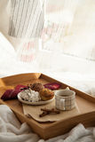 Süßes Frühstück im Bett mit Kaffee stockbild