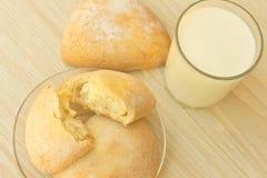 Süßes Gebäck und Milch Lizenzfreie Stockbilder