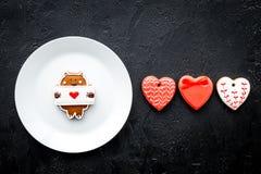 Süßes Geschenk für St.-Valentinsgruß ` s Tag Herz formte Lebkuchen auf schwarzem Draufsicht-Kopienraum des Hintergrundes Lizenzfreie Stockfotos