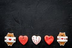 Süßes Geschenk für St.-Valentinsgruß ` s Tag Herz formte Lebkuchen auf schwarzem Draufsicht-Kopienraum des Hintergrundes Lizenzfreie Stockfotografie