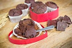 Süßes Geschenk für Valentinstag - Schokoladenmuffins Stockbild
