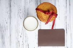 Süßes Geschenk und eine Anmerkung für Santa Claus Lizenzfreie Stockfotos