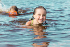 Süßes glückliches kleines badendes Mädchen Stockbild