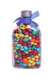 Süßes Glas voll Smarties auf einem weißen Hintergrund Stockfotografie