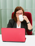 Süßes Hörnchen und ein Tasse Kaffee im Hintergrund Lizenzfreies Stockbild