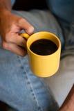 Süßes Hörnchen und ein Tasse Kaffee im Hintergrund Stockfotografie