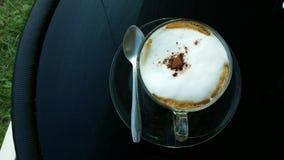 Süßes Hörnchen und ein Tasse Kaffee im Hintergrund Stockfoto