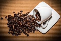 Süßes Hörnchen und ein Tasse Kaffee im Hintergrund Lizenzfreie Stockfotos