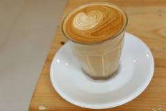 Süßes Hörnchen und ein Tasse Kaffee im Hintergrund Lizenzfreie Stockfotografie