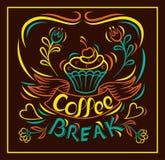 Süßes Hörnchen und ein Tasse Kaffee im Hintergrund Abgehobener Betrag backen eigenhändig, Motivplakatbrett zusammen Gemalter eige Lizenzfreies Stockbild