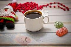 Süßes Hörnchen und ein Tasse Kaffee im Hintergrund Herstellung von Weihnachtsspielwaren Stockfoto