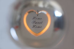 Süßes Haupthaus reflektiert in der Glaskugel Lizenzfreies Stockfoto