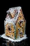 Süßes Haus des handgemachten Lebkuchens auf schwarzem Hintergrund Lizenzfreie Stockfotografie