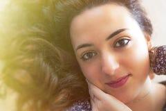 Süßes horizontales Porträt der jungen Frau, helles Licht Stockfoto
