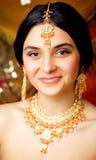 Süßes indisches Mädchen der Schönheit beim Sarilächeln Stockfotos