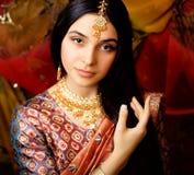 Süßes indisches Mädchen der Schönheit beim Sarilächeln Stockfoto
