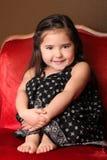 Süßes junges Kind, das in einem Stuhl sitzt stockbild